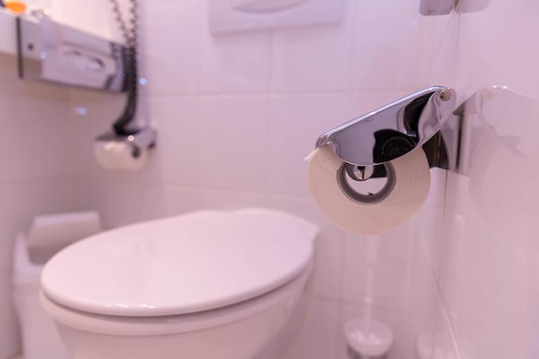 убирать туалет